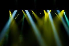 Escena, luz de la etapa con los proyectores coloreados Fotos de archivo libres de regalías