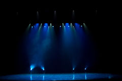 Escena, luz de la etapa con los proyectores coloreados Foto de archivo