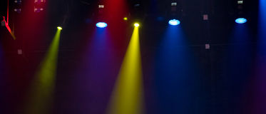 Escena, luz de la etapa con los proyectores coloreados Imagen de archivo libre de regalías