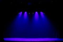Escena, luz de la etapa con los proyectores coloreados Fotografía de archivo libre de regalías