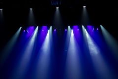 Escena, luz de la etapa con los proyectores coloreados Imágenes de archivo libres de regalías