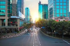 Escena moderna de la calle de la ciudad por mañana Fotografía de archivo