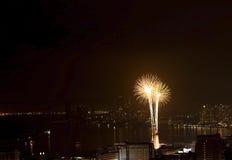 Escena multicolora de la noche de los fuegos artificiales fotografía de archivo libre de regalías