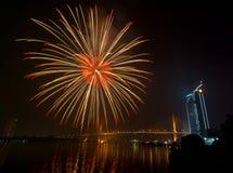 Escena multicolora de la noche de los fuegos artificiales, opinión del río del paisaje urbano de Bangkok, Imagen de archivo libre de regalías
