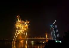 Escena multicolora de la noche de los fuegos artificiales, opinión del río del paisaje urbano de Bangkok, Foto de archivo libre de regalías