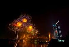 Escena multicolora de la noche de los fuegos artificiales, opinión del río del paisaje urbano de Bangkok, Imágenes de archivo libres de regalías