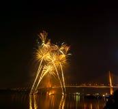 Escena multicolora de la noche de los fuegos artificiales, opinión del río del paisaje urbano de Bangkok, Foto de archivo
