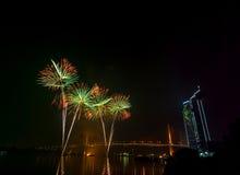 Escena multicolora de la noche de los fuegos artificiales, opinión del río del paisaje urbano de Bangkok, Fotos de archivo libres de regalías