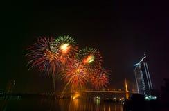 Escena multicolora de la noche de los fuegos artificiales, opinión del río del paisaje urbano de Bangkok, Imagenes de archivo