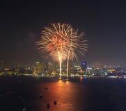 Escena multicolora de la noche de los fuegos artificiales, playa VI del mar del paisaje urbano de pattaya Imagen de archivo