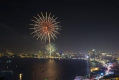 Escena multicolora de la noche de los fuegos artificiales, playa VI del mar del paisaje urbano de pattaya Fotos de archivo libres de regalías