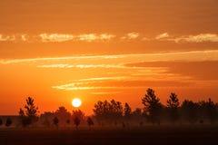 Escena natural de la puesta del sol hermosa en la oscuridad Fotos de archivo