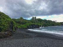 Escena negra del océano de la playa de la arena en Maui Hawaii Fotografía de archivo
