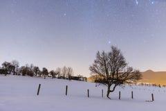 Escena nevosa de la noche en el valle de Tuhinj, Eslovenia Fotografía de archivo