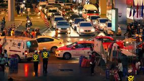 Escena ocupada de la noche en Bangkok con tráfico de dirección de la policía metrajes