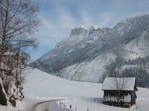 Escena pastoral de la montaña suiza del invierno Imagen de archivo libre de regalías