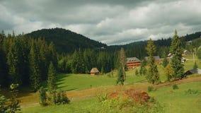 Escena pastoral en el campo rumano en Sunny Day - granangular