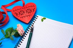 Escena plana de la tarjeta del día de San Valentín de la endecha con el cuaderno en blanco Fotos de archivo