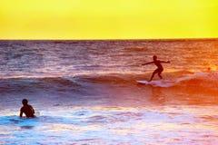 Escena que practica surf colorida de Bali Imagen de archivo libre de regalías