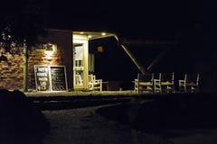 Escena rústica de la noche de la fachada del restaurante del estilo Foto de archivo libre de regalías