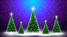 Escena realista de la noche con los árboles de navidad y estrellas y nieve Foto de archivo