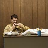 Escena retra del asunto del hombre en el escritorio. Imagenes de archivo