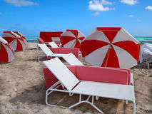 Escena roja y blanca de la playa Foto de archivo libre de regalías