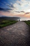 Escena romántica de caminar para dos personas Imagen de archivo