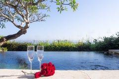 Escena romántica tropical del día de fiesta de la piscina foto de archivo
