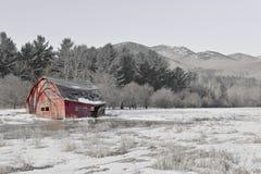 Escena rural con el granero viejo y campo en las montañas Imagenes de archivo