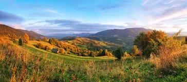 Escena rural de septiembre en montañas Panorama de la colina del otoño Fotografía de archivo libre de regalías