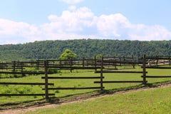 Escena rural del verano vacío de la granja Foto de archivo