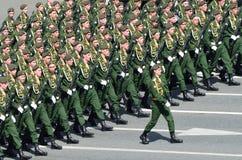 Escena rusa: Los soldados participan en desfile en cuadrado rojo Fotos de archivo