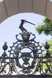 Escena simbólica en una cerca del metal de la iglesia en Skalka, Kraków, Polonia Imágenes de archivo libres de regalías