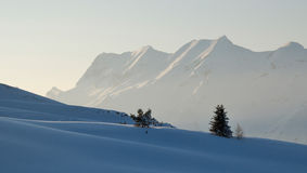 Escena tranquila de la montaña por la tarde fotografía de archivo