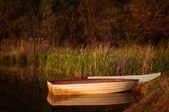 Escena tranquila de una pequeña pesca roja y blanca BO Fotografía de archivo