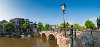 Escena tranquila del canal de Amsterdam, Holanda imagen de archivo