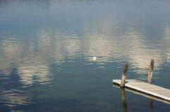 Escena tranquila del lago morning imágenes de archivo libres de regalías