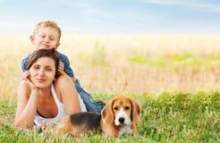 Escena tranquila del ocio de la familia en el prado Imagenes de archivo