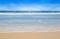Escena tropical de la playa Fotografía de archivo libre de regalías