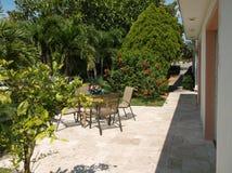 Escena tropical del patio Imagenes de archivo