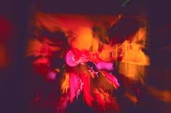 Escena ultravioleta de la música con aspecto del monstruo imagenes de archivo