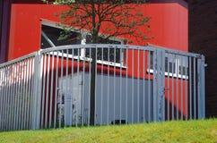 Escena urbana con la casa y la cerca rojas Fotografía de archivo libre de regalías