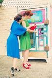 Escena urbana con las mujeres jovenes Imagen de archivo