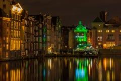 Escena urbana de la noche que muestra el centro de ciudad de Amsterdam Imagen de archivo