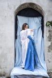 Escena viva de la natividad jugada por los habitantes locales El ángel de la Navidad indica la choza foto de archivo