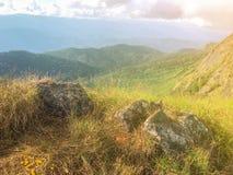 Escena y roca grande en el top de la montaña en el AMI de Chaing, Tailandia fotos de archivo