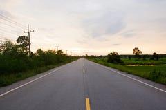 Escena y salida del sol del paisaje sobre el camino Foto de archivo