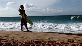 Escenas del norte 12 de la resaca de Hawaii de la orilla de Xcorps que practican surf TV metrajes