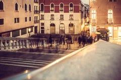 Escenas urbanas: sombra del movimiento que camina foto de archivo